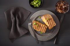 ost grillad skinksmörgås arkivbild