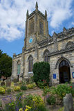 OST- GRINSTEAD, WEST-SUSSEX/UK - 17. JUNI: St- Swithun` s Kirche I Stockfotos