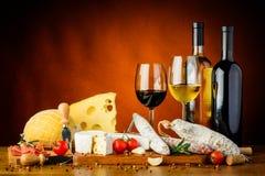 Ost, korvar och vin Royaltyfri Foto