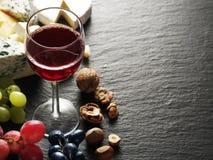 Ost med vinexponeringsglas och frukter royaltyfri foto