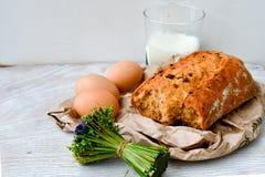 Ost mjölkar, bröd och ägg arkivfoton