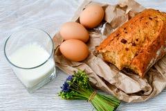 Ost mjölkar, bröd och ägg royaltyfri bild