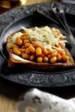Ost och bönor på rostat bröd royaltyfri foto