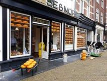 Ost och mer shoppar, holländsk ost shoppar i delftfajans, Nederländerna arkivfoton