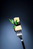 Ost och oliv på gaffeln Royaltyfri Fotografi