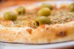 Ost- och olivpizzaslut upp Royaltyfri Bild