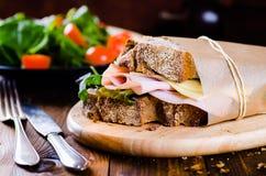 Ost och skinksmörgås Arkivfoton