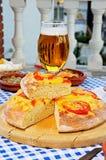 Ost- och tomatFocaccia bröd. Royaltyfri Bild