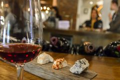 Ost- och vinavsmakning med vänner royaltyfri bild