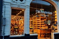 Ost shoppar och smaka rum i centret av Amsterdam arkivfoton