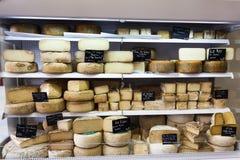 Ost som är till salu i en baskisk by av de franska Pyreneesna Royaltyfria Foton