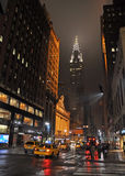 Ost42. Straße, New York auf regnerischer Nacht. Lizenzfreie Stockfotos