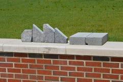 Ost-Tennessee State University - Anordnung für Blöcke auf einer Backsteinmauer Lizenzfreie Stockfotografie
