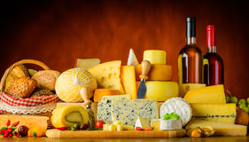 Ost, vin och bröd royaltyfri bild