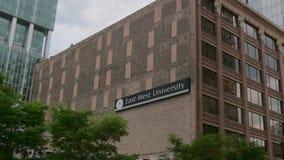 Ost-Westuniversität in Chicago - CHICAGO, VEREINIGTE STAATEN - 11. JUNI 2019 stock footage