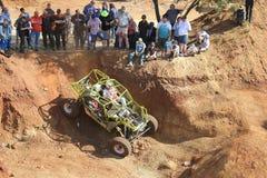 Ostacoli di negoziazione dell'automobile verde intenso in riparo Vista superiore Fotografia Stock