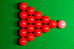 Ostacoli la palla di rossi carmini su una tavola di biliardo sulla cima Immagine Stock