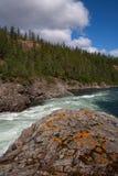 Ostacolo della roccia sul fiume della montagna fotografia stock libera da diritti