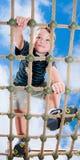 Ostacolo rampicante della corda del giovane ragazzo Fotografia Stock