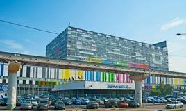 Ostankino-technisches Zentrum hinter der Brücke von Moskau-Einschienenbahn lizenzfreies stockbild