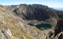 Ostansicht vom Gipfel von Krivan mit Krivanske-zelene pleso See in Bergen Vysoke Tatry lizenzfreie stockfotografie