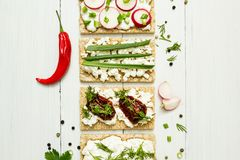 Ostaptitretare med grönsaker på en vit träbakgrund ovanför sikt äta som är sunt arkivfoto