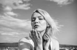 Ostateczna sztuka uwiedzenie Dziewczyny blondynki damy ono uśmiecha się cieszy się wolność i świeżego wiatrowego niebieskiego nie fotografia stock