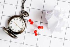 Ostatecznego terminu pojęcia kieszeniowy zegarek na kalendarzowego tła odgórnym widoku Fotografia Royalty Free