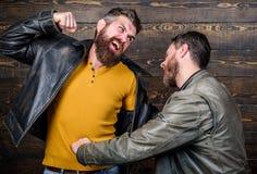 ostatecznej rozgrywki pojęcie Konflikt i konfrontacja Mężczyzna dyskutuje podczas gdy faceta odczucie zmartwiony Nie udać się i n zdjęcie stock