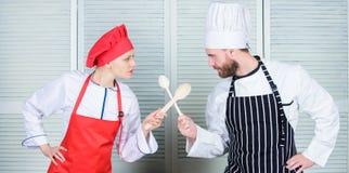 Ostateczny kucharstwa wyzwanie Kulinarna bitwa dwa szefa kuchni Para współzawodniczy w kulinarnych sztukach Kuchni reguły kulinar obraz stock