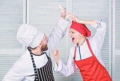 Ostateczny kucharstwa wyzwanie Kulinarna bitwa dwa szefa kuchni Para wsp??zawodniczy w kulinarnych sztukach Kuchni regu?y Co kucb obraz stock