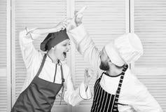 Ostateczny kucharstwa wyzwanie Kulinarna bitwa dwa szefa kuchni Para wsp??zawodniczy w kulinarnych sztukach Kuchni regu?y Co kucb obraz royalty free
