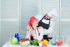 Ostateczny kucharstwa wyzwanie Para współzawodniczy w kulinarnych sztukach Rozumuje dlaczego pary gotuje wpólnie Gotować z twój obraz royalty free