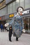 Ostatki świętowanie w Moskwa Ogromny kukiełkowy lali prowadzenie osobą obrazy stock