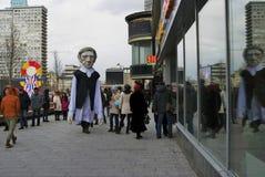 Ostatki świętowanie w Moskwa Ogromny kukiełkowy lali prowadzenie osobą fotografia royalty free