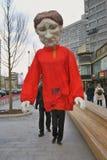 Ostatki świętowanie w Moskwa Ogromny kukiełkowy lali prowadzenie osobą fotografia stock