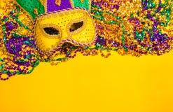Ostatki Maskują na żółtym tle Zdjęcie Stock