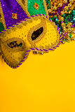 Ostatki Maskują na żółtym tle Zdjęcia Stock