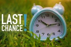 Ostatnia Szansa, Biznesowy pojęcie - tekst pokazuje ostatnią szansę z zegarem na trawie zdjęcie royalty free