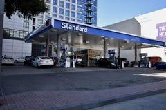 Ostatniej Standardowej kompani paliwowej Benzynowa stacja w Kalifornia zdjęcie royalty free