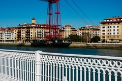 Ostatnio malujący bielu ogrodzenie z transporteru mostem obraz stock