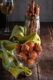 Ostbollar med br?dpinnar och vin royaltyfri foto