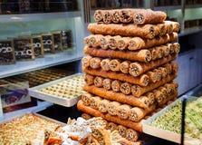 Ostbonbons in einer breiten Palette, Baklava, türkische Freude Stockfotos