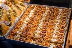 Ostbonbons in einer breiten Palette, Baklava, türkische Freude Stockbild