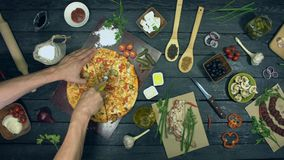 Ostburgarepizza på ekologisk svart bakgrund