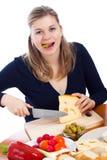 ostcutting som äter den emmenthal olivgrönkvinnan Fotografering för Bildbyråer