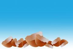 Ostdekoration: Eierschalengrenze auf blauem Hintergrund Lizenzfreie Stockfotos