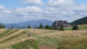 Ostello turistico su un prato della montagna fotografia stock libera da diritti