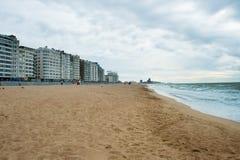 OSTENDA, BELGIO - 7 AGOSTO 2012: L'allineamento dei fabbricati di Ostenda sulla città è Immagine Stock Libera da Diritti