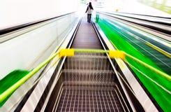 Ostenta escadas rolantes, lojas do supermercado imagens de stock
